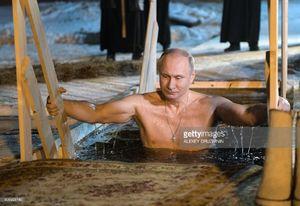 عکس/ آبتنی پوتین در حوضچه روباز در دل یخ