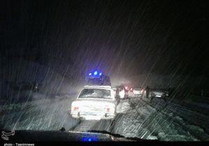 فیلم/ نجات مسافران از برف و کولاک در مشکینشهر
