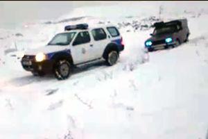 فیلم/ کمک پلیس راهور به خودرو گرفتار در برف