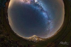 نمایی ۳۶۰ درجه از قله دماوند و کهکشان راه شیری