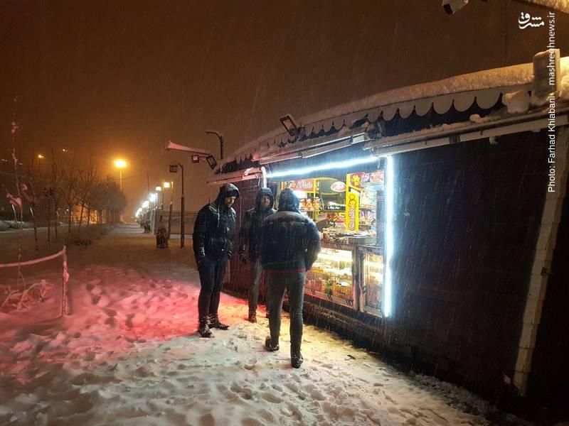 حتی برف سنگین نیمه شب هم مانع کسب رزق حلال نیست