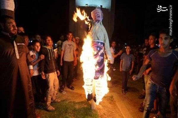 معترضان فلسطینی آدمک های ترامپ و پنس را به نشانه اعتراض به اقدامات آنها علیه قدس اشغالی به آتش کشیدند