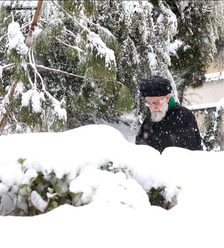 تصویری از رهبرانقلاب در روز برفی تهران