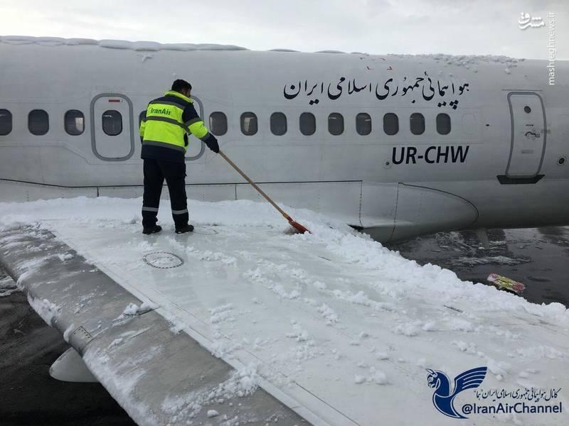 عملیات برف روبی از روی بال هواپیما جت MD-82 در کرمانشاه