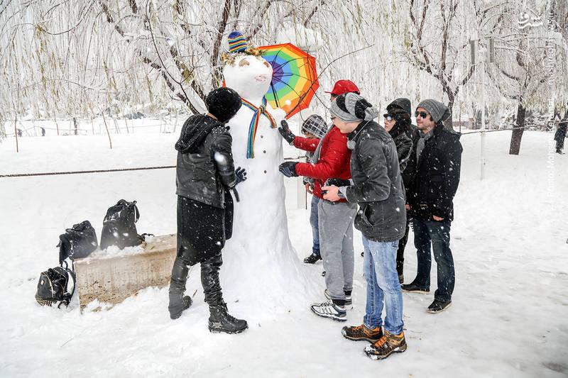 ساخت آدم برفی توسط دانش آموزانی که بعلت برش برف امروز را به مدرسه نرفتند.
