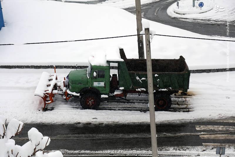 استراحت ماشین برف روبی شهرداری در روز برفی تهران!
