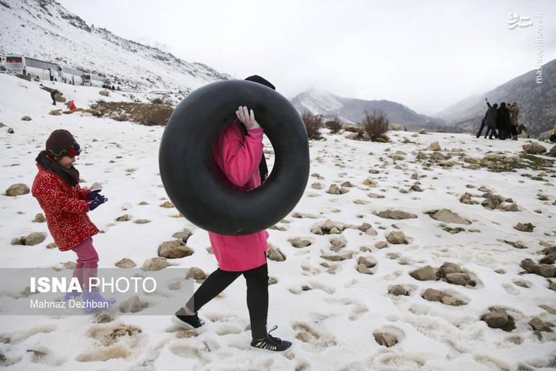با ورود سامانه بارشی به کشور، تاراز سفیدپوش شد و بسیاری فرصت را برای تفریحات زمستانی مغتنم شمردند