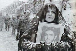 عکس/ مادری به دنبال فرزندش در هوای برفی