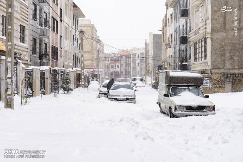 گرفتار شدن خودروها در برف