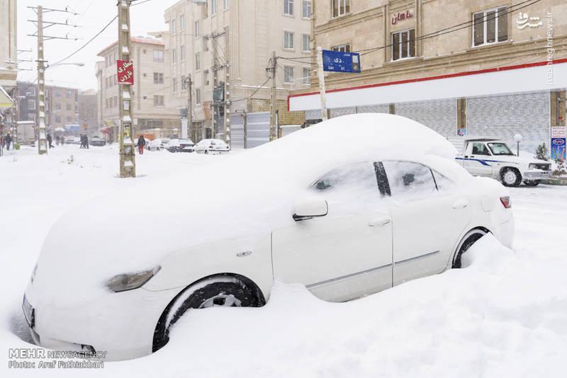 خودرویی که زیر برف پنهان شده است.