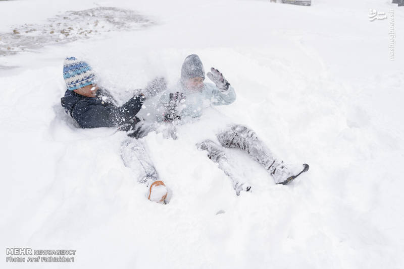 کودکانی که در برف خوابیده اند.