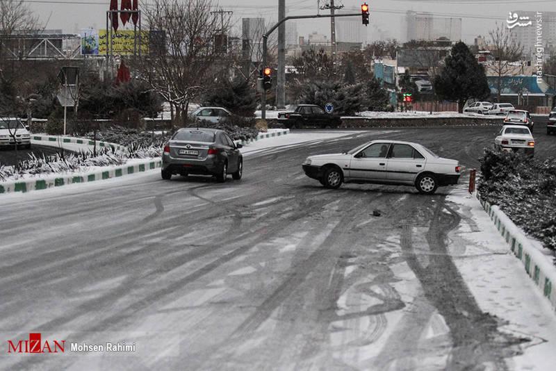 چرخید و منحرف شدن خودرو بر اثر بارش برف و لغزنده بودن زمین