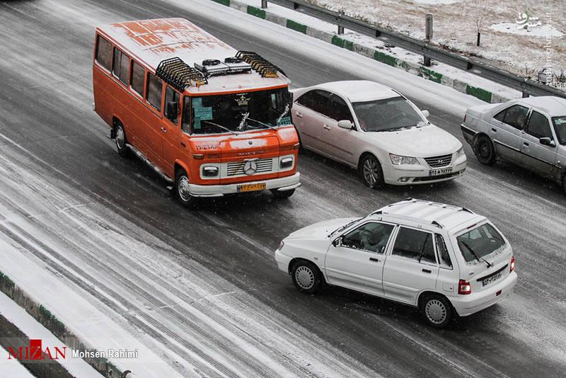 خودرویی که به دلیل لغزندگی زمین از مسیر خود خارج شده است.