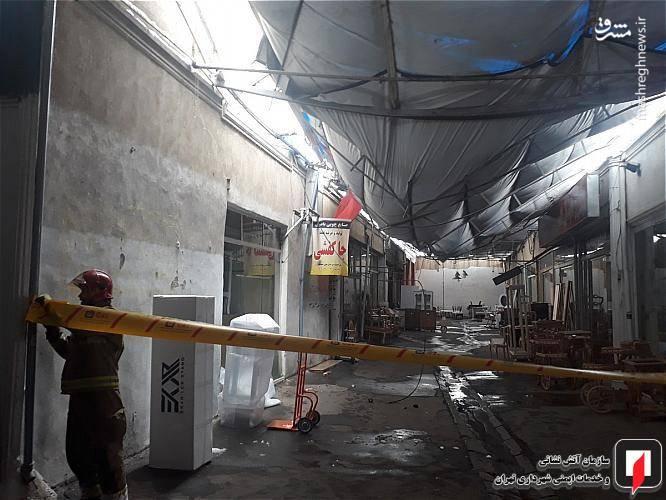 بستن محدوده ای که سقف ریزش کرده است توسط ماموران آتش نشانی