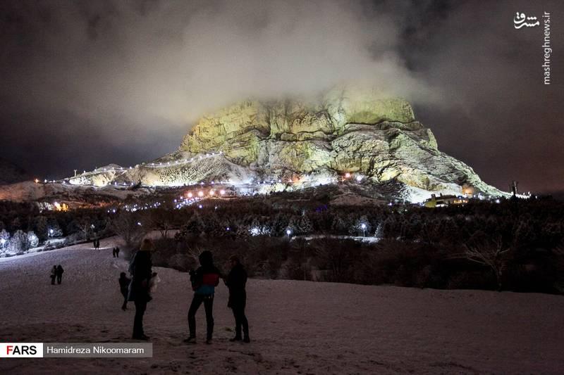 نمایی از کوه سنگی اصفهان هنگام بارش برف