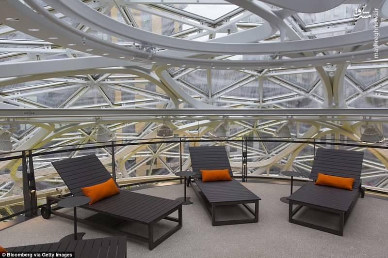 برای آنکه دمای داخل سازه ۲۲ درجه سانتیگراد حفظ شود، ۲۶۴۳ پنل شیشه ای با لایه ای محافظ به کار گرفته شده اند