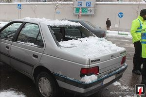 خسارت سقوط برف به خودروی پارک شده