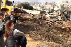 عکس/ سلفی اسرائیلیها با خرابههای یک خانه فلسطینی