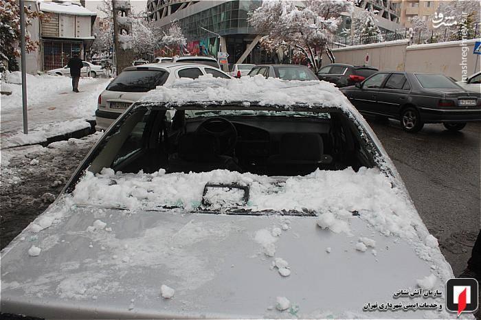 شیشههای خودرو براثر سقوط برف خرد شده است.