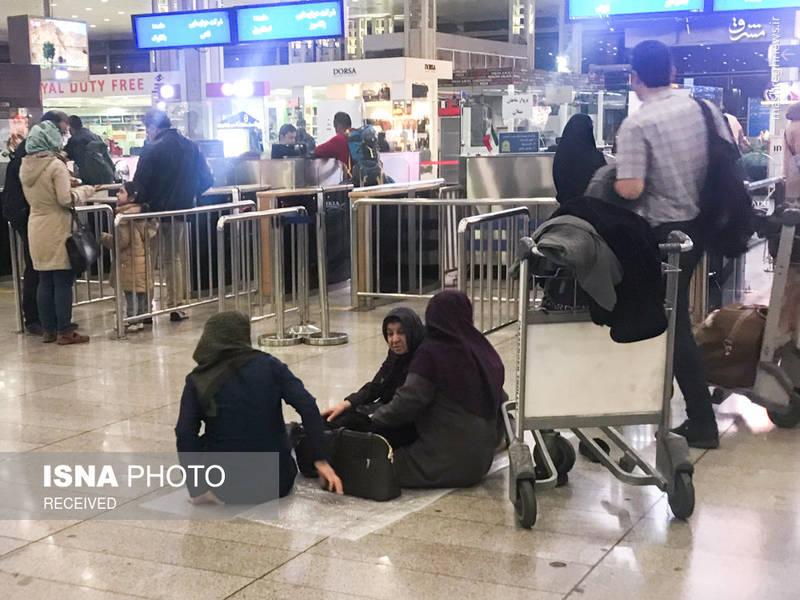 مسافران از انتظار طولانی خسته و کلافه شده اند.