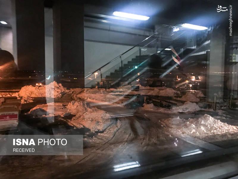 بارش سنگین برف در تهران باعث مسدود شدن باندهای پرواز فرودگاه امام خمینی (ره) و پایین آمدن دید افقی خلبانان شده و به همین دلیل تعداد زیادی از پروازها لغو شده یا به تاخیر افتاده و همین موضوع باعث ایجاد مشکلات زیادی برای مسافران این فرودگاه شده است.