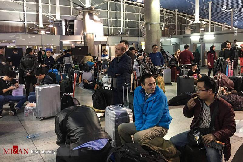 مسافران خارجی که از این بی برنامگی متعجب شده اند.