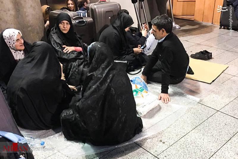 هماکنون پروازها انجام میشوند ولی افراد حاضر در فرودگاه امام از تاخیر پروازها، نبود مسئولان و وسایل مناسب برای استراحت و تغذیه گلایه دارند.