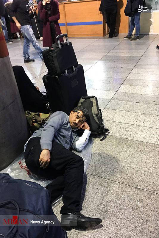 خستگی مسافران و استراحت در زمین فرودگاه