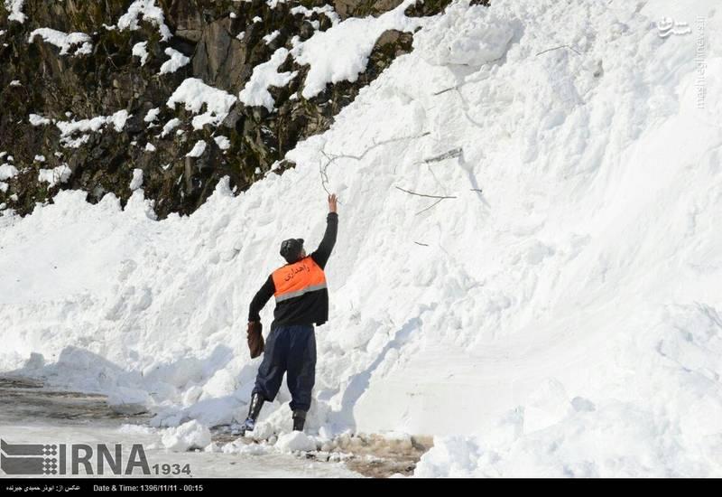 پاکسازی جاده برای سهولت امر عبور و مرور ماشین های برف روب