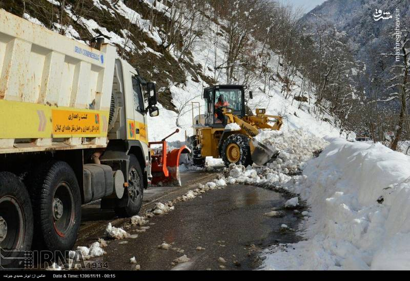 انجام عملیات برف روبی توسط ماشین های برف روب