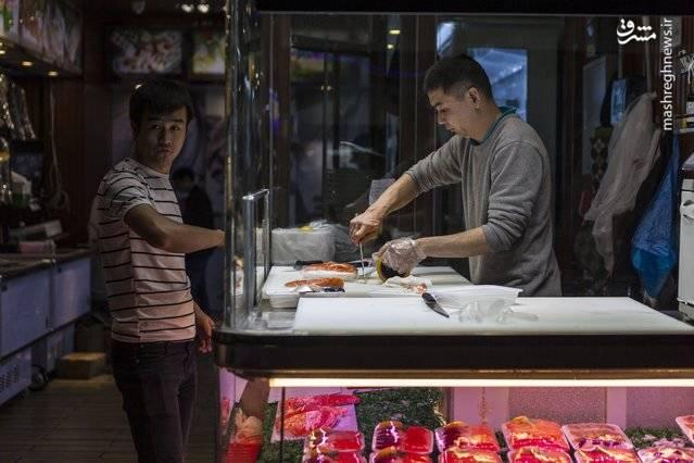 یکی از فروشندگان غذاهای دریایی که محصولات خود را در بسته بندی قرار میدهد