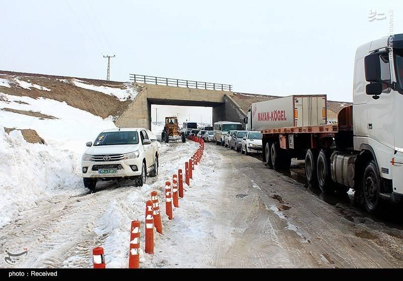 در پی بارش برف در رزوهای اخیر، مسیر اتوبان قم به تهران در برخی مناطق  مسدود شد