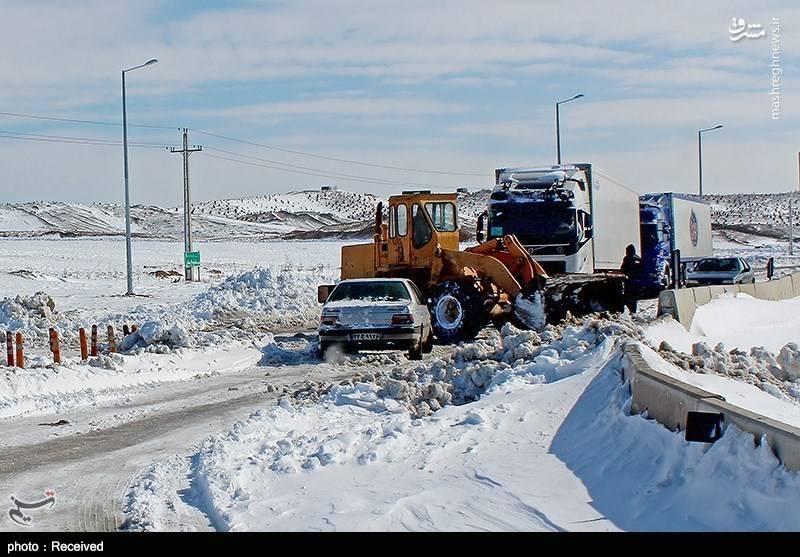 رزمندگان تیپ زرهی 20 رمضان نیروی زمینی سپاه به وسیله تجهیزات زرهی و مهندسی نسبت به بازگشایی مسیر قم به رباط کریم و امدادرسانی به مردم گرفتار شده در برف اقدام کردند.