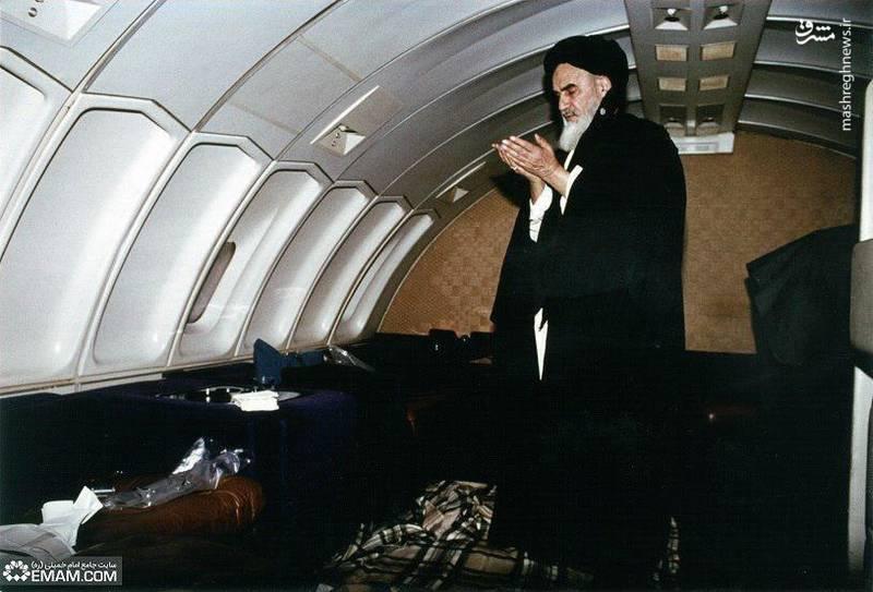 نماز امام خمینی (ره) در هواپیما