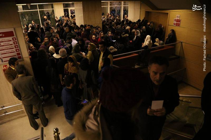 جمعیت زیادی امروز برای حضور در مراسم افتتاحیه به برج میلاد آمدند که در ورودیها با ازدحام و کمی معطلی مهمانان همراه شد.