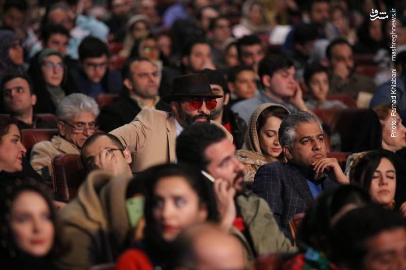 علی رام نورایی در جمع هنرمندان حاضر در مراسم افتتاحیه