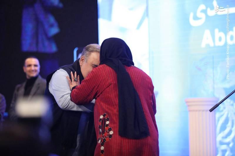 صحنه های احساسی در سالن همایشهای برج میلاد و بوسه اکبر عبدی بر دستان همسرش