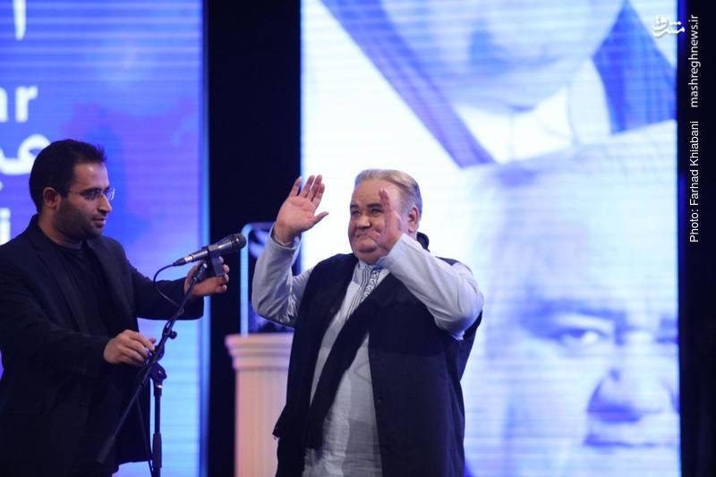 تجلیل از زحمات اکبر عبدی در مراسم افتتاحیه و پاسخ عبدی به اظهار محبت حاضران در سالن