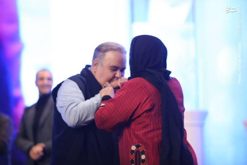 بوسه اکبر عبدی بر دستان همسرش