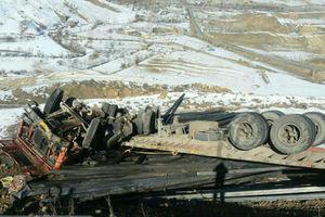 عکس/ واژگونی مرگبار تریلی حامل تیرآهن