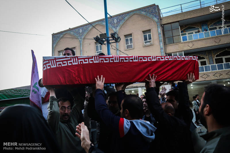 شهدای تازه تفحص شده دفاع مقدس بر روی دستان مردم