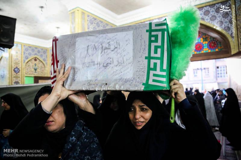 شهدای تازه تفحص شده دفاع مقدس بر روی دستان بانوان ایرانی