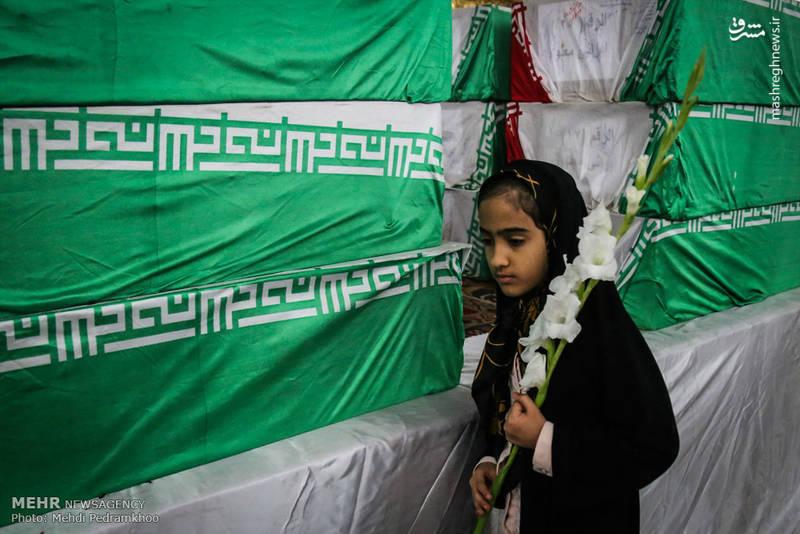 نوجوانی که به استقبال از شهدای گمنام آمده است