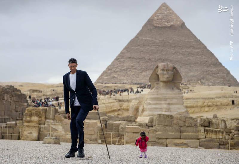 کوتاهترین زن دنیا و بلندترین مرد جهان در کنار اهرام مصر