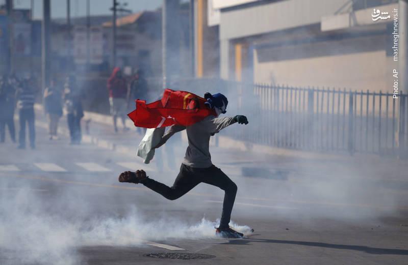 مقابله پلیس با مخالفان هرناندز که قصد ورود به استادیومِمحل برگزاری مراسم سوگند وی به عنوان رئیسجمهور هندوراس داشتن
