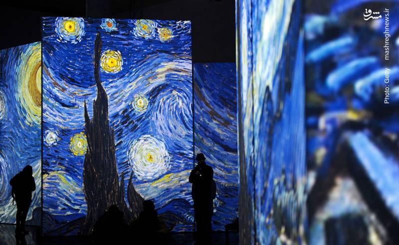 ارائه متفاوت و چندوجهی از آثار ونگوگ در نمایشگاهی در سویا اسپانیا. نام اثری که در تصویر میبینید «شب پرستاره» است