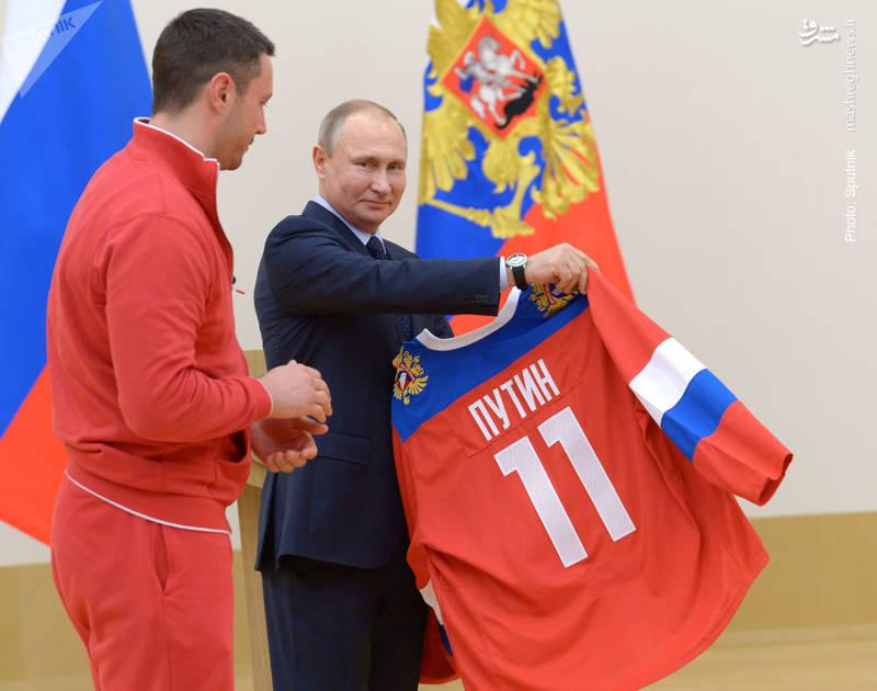 اعطای افتخاریِ لباس تیم ملی هاکی روسیه به پوتین