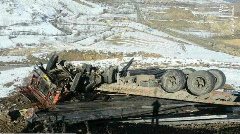 بر اثر این حادثه راننده ۳۳ ساله در دم جان باخت.