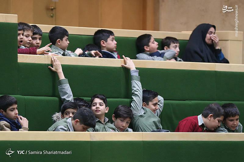 دانش آموزان امروز جلسه علنی مجلس شورای اسلامی را از نزدیک شاهد بودند .