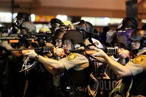 فیلم/ پلیس آمریکا با این دختر جوان چه میکند!